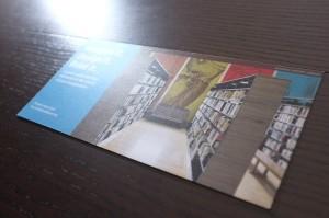 メタリックな光沢をもつ紙にカラー印刷したフライヤー。光の角度によって、美しく輝いて人の目を引きつけます。