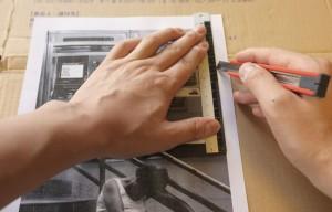 印刷した用紙を切り抜き、不要な余白部分を全て落とします(ダンボールを敷いて作業していますが、ちゃんとカッティングボードを使った方がきれいに切れます)