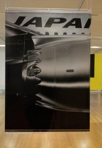 「JALボーイング787」(日本航空/真下淳・浅葉球) 新型機B787の存在感を写真だけで表現したポスター。キャッチも何もなく、小さな字で「Japan Airlines」と入っているだけですが、インパクトは強烈です。