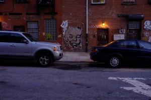 同じくブルックリンにて。なんともいえない位置にある顔がこちらを睨んでいます。