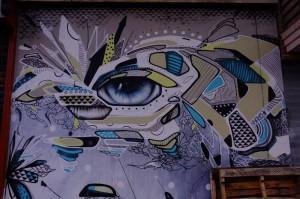 こちらは飲食店の外壁に描かれた作品。なんというか、壮大な世界観を感じさせます。
