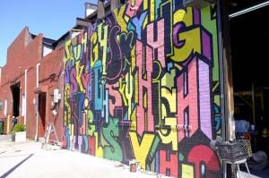 ブルックリンの工場の壁面に描かれた、色鮮やかな作品。