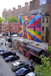 自動車カスタムショップの建物に大きく描かれた作品。いいアイキャッチになっていますね。