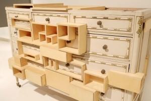さまざまな合板を組み合わせた、引き出し式の収納棚。 Courtney Smith(アメリカ)