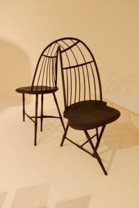 2人はいつも背中合わせ。この椅子も木材でできています。蒸気を使ってアッシュ材を大きく曲げているとのことです。 Christpher Kurtz(アメリカ)