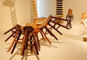 清朝の時代の椅子を再現し、それを一つに固めた作品。激動の中国史を知る人にとっては、想像力をかき立てられることでしょう。 Ai Wei Wei(中国)