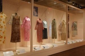 さまざまなデザインのチャイナドレスや靴、アクセサリーなどが見られます。