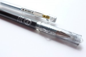 キャンペーン製品のHI-TEC-C maica(手前)と、佐藤さんが長年愛用するHI-TEC-C(奥)。