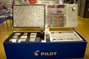 パイロット本社のカフェで展示中の作品も、23日までは京都ロフト3階で展示。