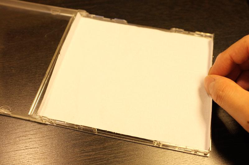 裏面にあたる部分の折り目をつけ、プラスチックケースにあてはめているところ。サイズはぴったりです。