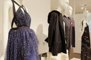 デザイナーたちが最近のコレクションで発表した作品がずらりと並びます。左手前がジェイソン・ウーの作品。