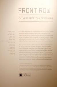 「チャイニーズアメリカンデザイナーの最前線」解説板。