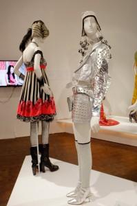 パルコなどのファッションビルでもおなじみ、アナスイの作品。バラのモチーフは彼女の定番デザインですね。