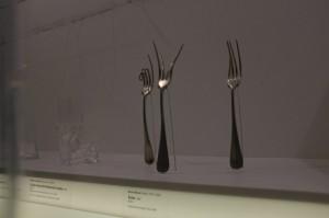 フォークが意思をもったかのような造形ですね。1958年の作品です。