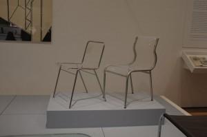 金属とガラスのインテリアも、すでに19世紀前半に登場していました。現代でも十分使えそうなこの椅子、1923年の作品です。