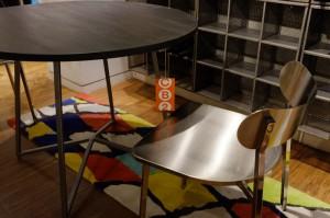 メタリックのチェアーは、金属やガラスのインテリアはもちろん、モノクロの木製家具に合わせやすそうです。