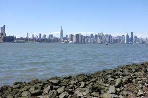 イースト川の向こうにマンハッタンのビル街が見える、絶好のロケーションです。