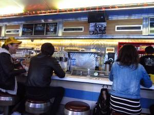 「Cafe de la Esquina」のカウンター席。