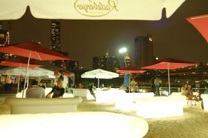 「Beekman  Beer Garden Beach Club」の目玉、光るシートが並ぶ人工ビーチ