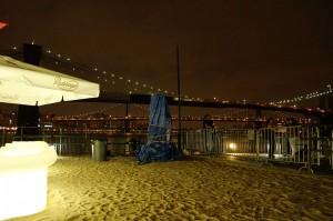 光るシートの向こうは、ブルックリン橋の夜景。