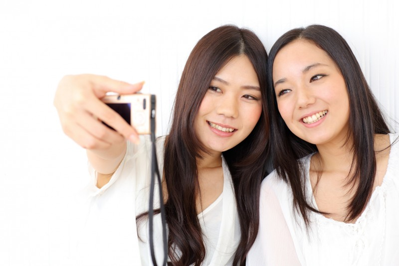 デジカメで自分撮りをする女の子二人 自分撮りを楽しめるアイテム、セルフィースティック紹介!Let
