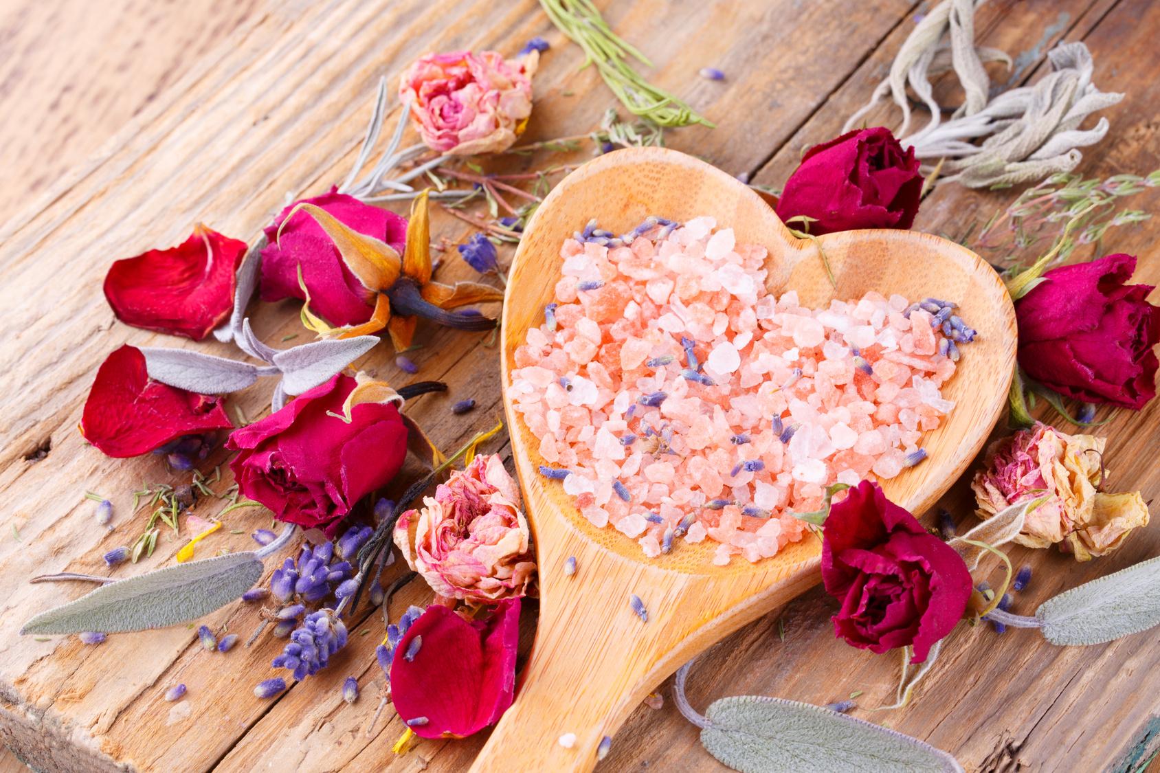 Duftendes Salz mit Rosenblüten und Kräutern