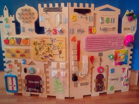 赤ちゃんの感覚を刺激するおもちゃの壁、アクティビィティウォール インスピ